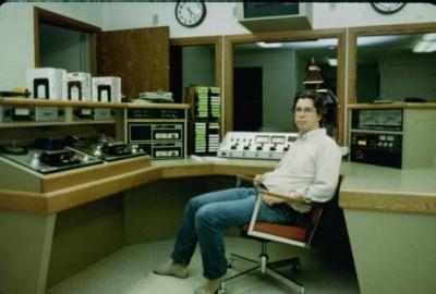 Чарли Перри следит за трансляцией. Каждый час приходилось вставлять новую пленку.