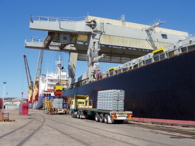 Прибытие контейнеров с материалами и инструментами в порт Маджанги