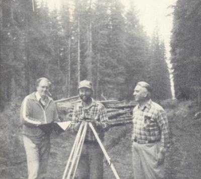 Боб Скотт, Кевин Чамберс и ФМ Перри на геодезических работах