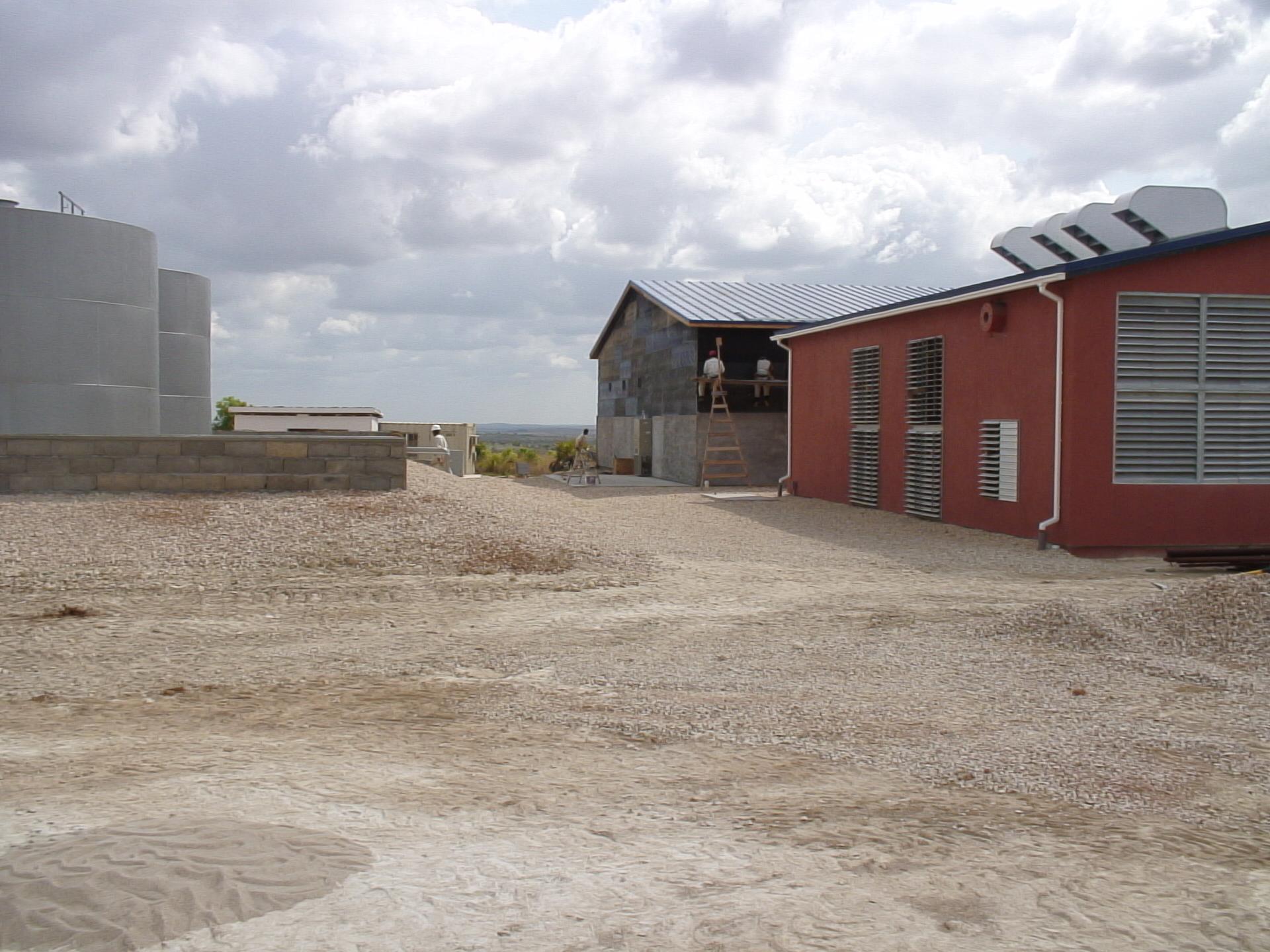 Прогресс стройки налицо. Слева - емкости для дизельного топлива.